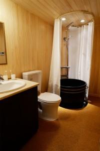 奥のシャワールームは 味噌樽の再利用
